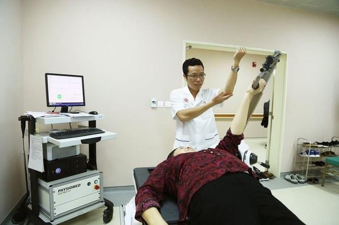 Robot hiện đại hỗ trợ bệnh nhân phục hồi chức năng ảnh 1