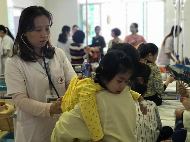 Hàng trăm bệnh nhi nhập viện khi thời tiết chuyển mùa và ô nhiễm môi trường ảnh 1