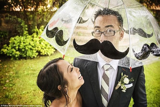 Sự kết hợp giữa nam chính trong hôn lễ và chiếc ô tạo nên khoảnh khắc thú vị.
