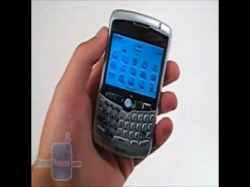 BlackBerry Curve 8300 có sự kết hợp giữa bàn phím Qwerty cùng thiết kế có hơi hướng hiện đại hơn những dòng cũ. Smartphone này còn hỗ trợ giắc cắm tai nghe 3,5 mm, chuẩn tai nghe phổ biến nhất trên thị trường cho phép người dùng không mất công để tìm kiếm phụ kiện.