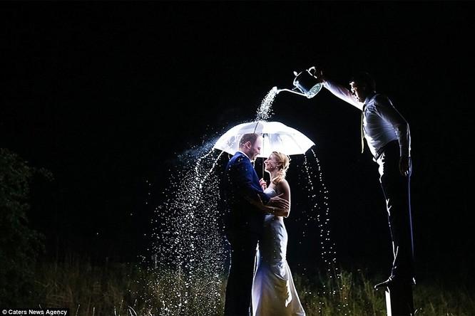 Cách để có một tấm ảnh cưới lãng mạn dưới mưa.