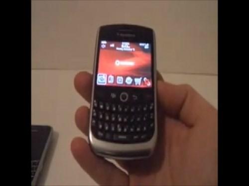 BlackBerry Curve 8900 là con lai giữa Curve 8310 và Bold 9000. Thiết bị này sở hữu thiết kế chắc chắn đáp ứng tốt cảm giác cầm nắm
