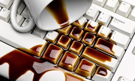 Làm rớt nước vào laptop là một trong những lỗi hay gặp nhất