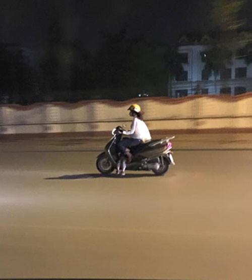 """Đèo con bằng xe máy, mẹ tranh thủ chụp ảnh """"tự sướng"""" ảnh 2"""