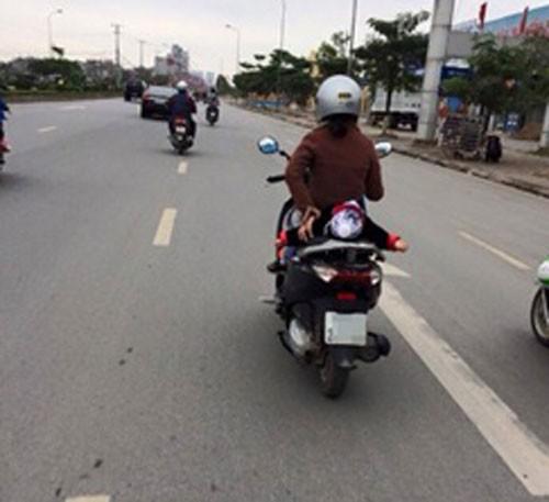 """Đèo con bằng xe máy, mẹ tranh thủ chụp ảnh """"tự sướng"""" ảnh 3"""