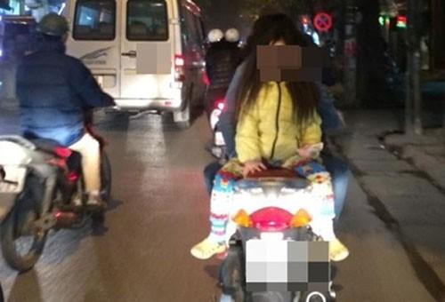 """Đèo con bằng xe máy, mẹ tranh thủ chụp ảnh """"tự sướng"""" ảnh 5"""