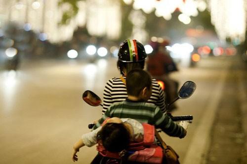 """Đèo con bằng xe máy, mẹ tranh thủ chụp ảnh """"tự sướng"""" ảnh 4"""