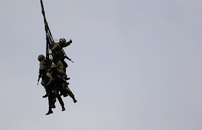 Rợn người trước cảnh binh sĩ huấn luyện như trong địa ngục ảnh 10