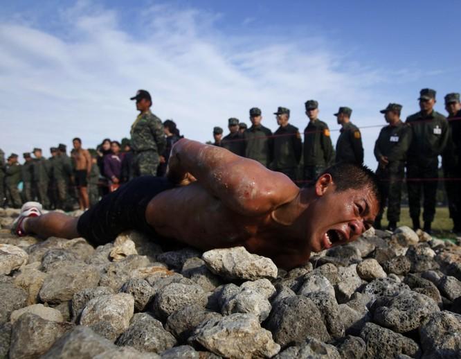 Rợn người trước cảnh binh sĩ huấn luyện như trong địa ngục ảnh 11