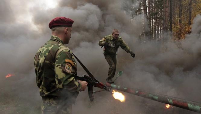 Rợn người trước cảnh binh sĩ huấn luyện như trong địa ngục ảnh 12
