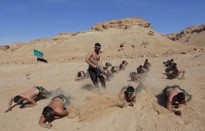 Lực lượng dân quân Shia khác ở Iraq yêu cầu các thành viên tham gia cuộc tập luyên trên sa mạc trước khi tốt nghiệp .