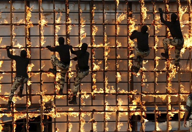 Và đây là bài tập của lực lượng an ninh ở Ả rập Saudi, trước cuộc hành hương Hajj năm 2015.