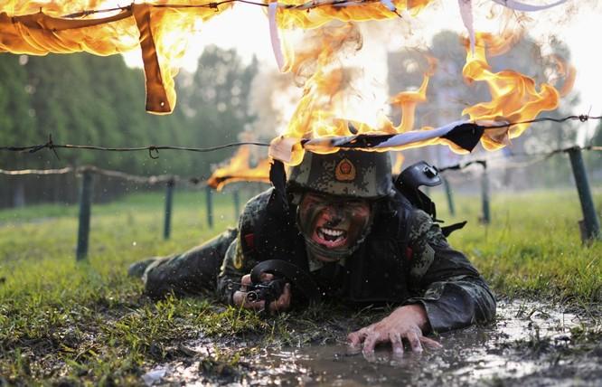 Rợn người trước cảnh binh sĩ huấn luyện như trong địa ngục ảnh 1
