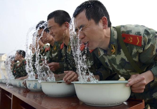 Các bài huấn luyện yêu cầu mỗi chiến binh đạt đến giới hạn tuyệt đối. Trong ảnh, các chiến sĩ luyện nín thở khi ở dưới nước.