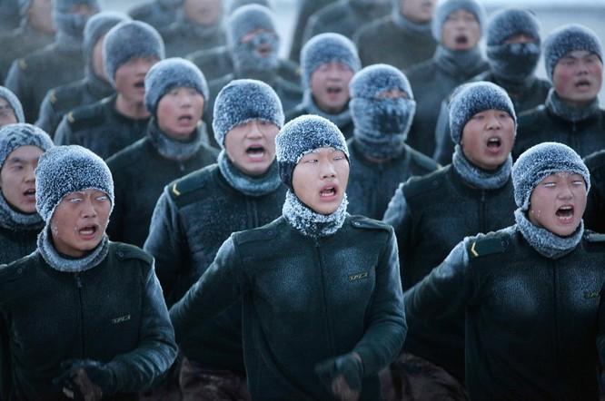 Trong khi đó, ở phía bắc Trung Quốc, chiến sĩ đào tạo ở nhiệt độ lạnh như -22 độ F.