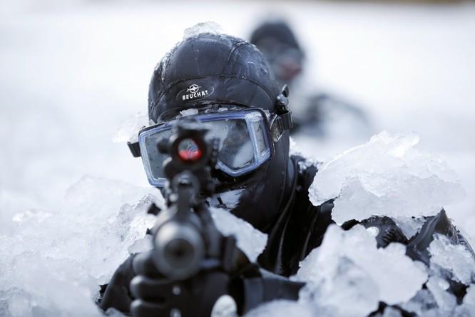 Ở Hàn Quốc, các thành viên của Lực lượng Chiến tranh đặc biệt cũng đào tạo trong điều kiện băng giá.
