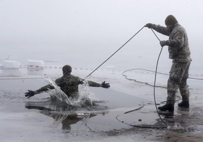 Một người lính Canada tại Latvia luyện tập với băng như một phần của bài tập của Chiến dịch Giải pháp Đại Tây Dương.