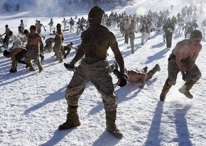 Trong cuộc tập trận chung, Mỹ và hải quân Hàn Quốc cùng luyện tập tại một ngọn núi của Hàn Quốc.