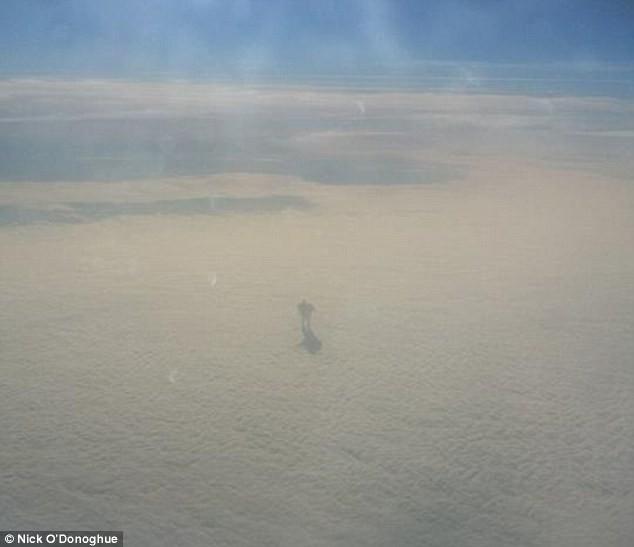 Hành khách trên máy bay bất ngờ chụp được ảnh robot khổng lồ ảnh 1