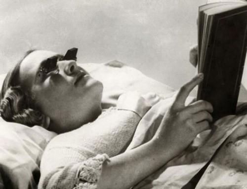 Kính giúp cho người nằm trên giường có thể đọc sách mà không bị mỏi tay.