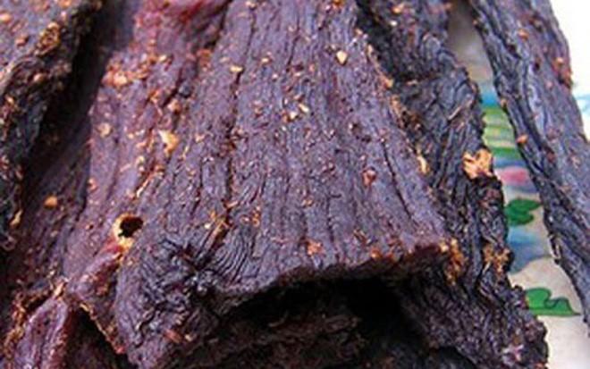 """Thịt trâu sấy là món ăn đặc trưng của người vùng cao Tây Bắc. Vào những dịp lễ, Tết người dân thường mổ trâu và dành ra một lượng thịt trâu bắp thật tươi, ướp gia vị để treo trên gác bếp, hun khói để ăn dần. Hiện nay, những loại thịt """"gác bếp"""" này có giá không rẻ, dao động từ 900.000 – 1,3 triệu/kg."""
