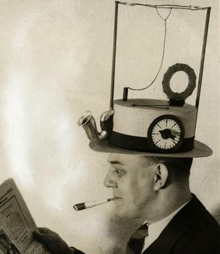 Mũ kết hợp với radio để có thể mang theo người một cách tiện lợi.