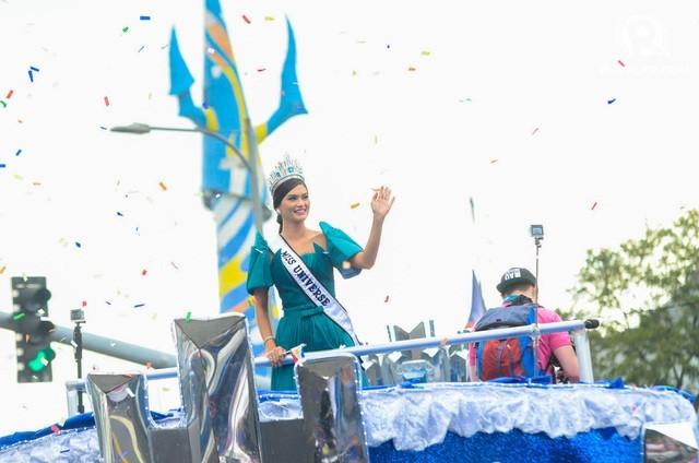 Hàng ngàn người xem lễ diễu hành của Hoa hậu Hoàn vũ 2015 ảnh 1