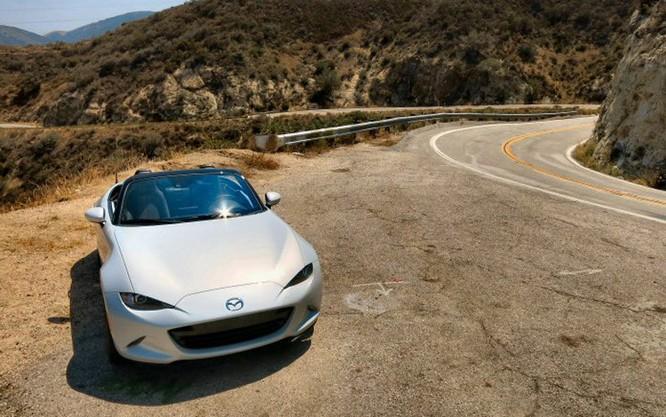 Mẫu xe 2016 Mazda MX-5 Miata được đề xuất giá bán là 24.915 USD.