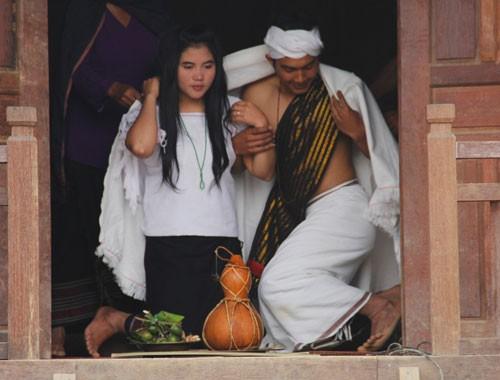 Mùng Một Tết, đến Tây Nguyên xem hội… Bắt chồng ảnh 1