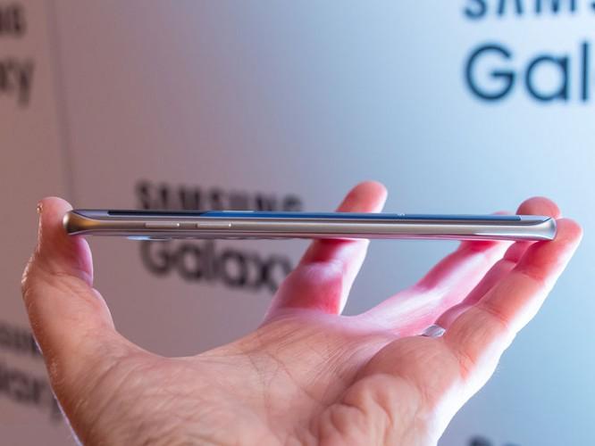 Cận cảnh từng chi tiết của Samsung Galaxy S7 Edge ảnh 21
