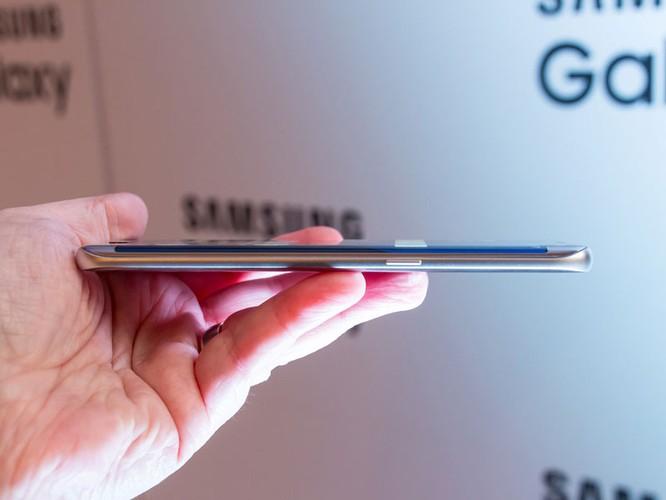 Cận cảnh từng chi tiết của Samsung Galaxy S7 Edge ảnh 23