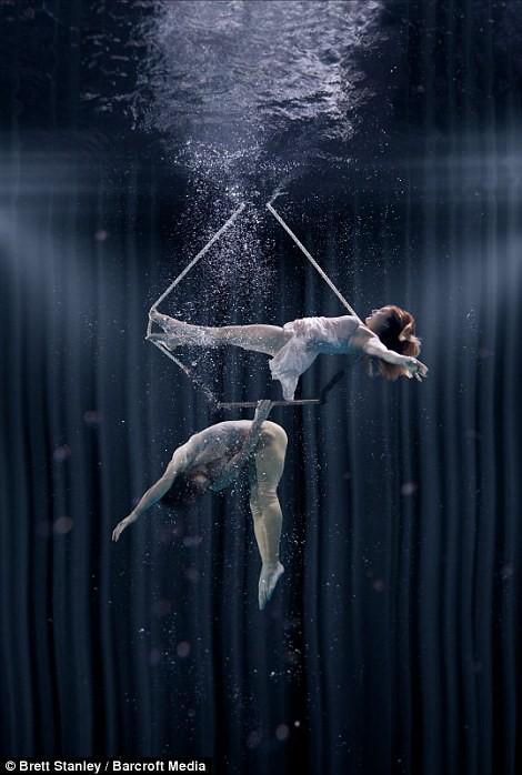 Mãn nhãn ngắm mỹ nhân múa cột dưới nước ảnh 9