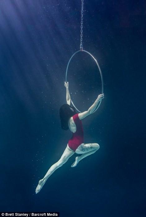 Mãn nhãn ngắm mỹ nhân múa cột dưới nước ảnh 10