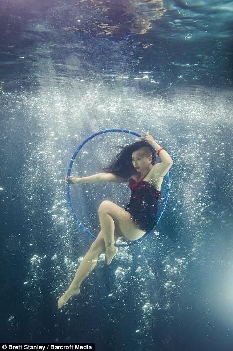 Mãn nhãn ngắm mỹ nhân múa cột dưới nước ảnh 12