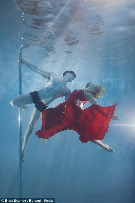 Mãn nhãn ngắm mỹ nhân múa cột dưới nước ảnh 16