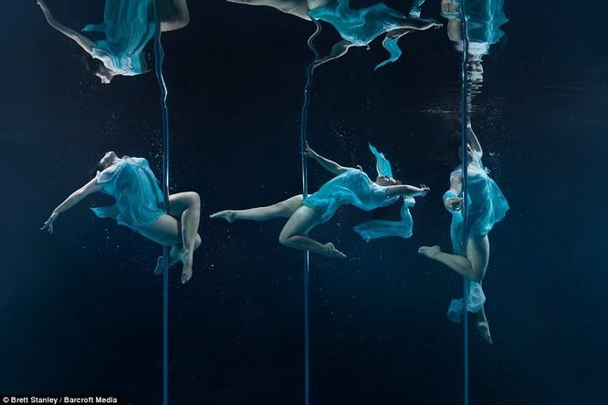 Mãn nhãn ngắm mỹ nhân múa cột dưới nước ảnh 17