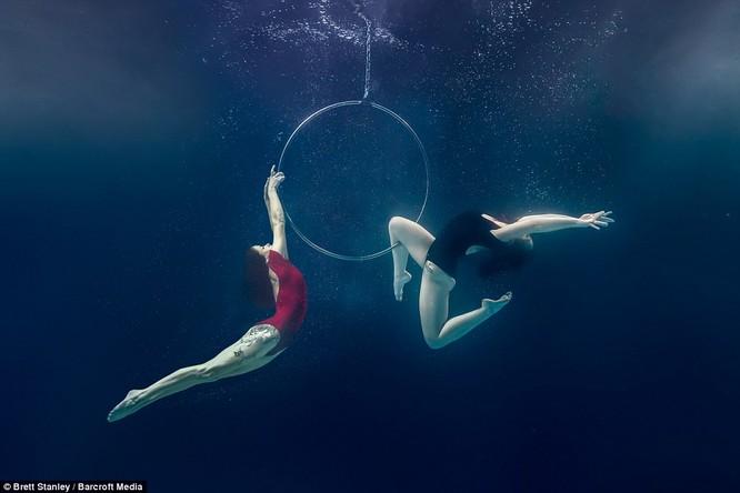 Mãn nhãn ngắm mỹ nhân múa cột dưới nước ảnh 18