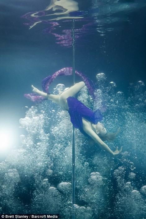 Mãn nhãn ngắm mỹ nhân múa cột dưới nước ảnh 19