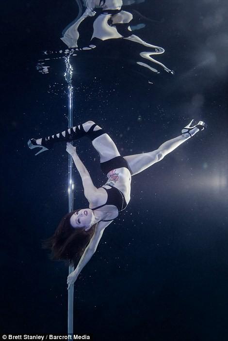 Mãn nhãn ngắm mỹ nhân múa cột dưới nước ảnh 3