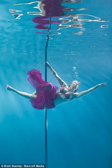 Mãn nhãn ngắm mỹ nhân múa cột dưới nước ảnh 4