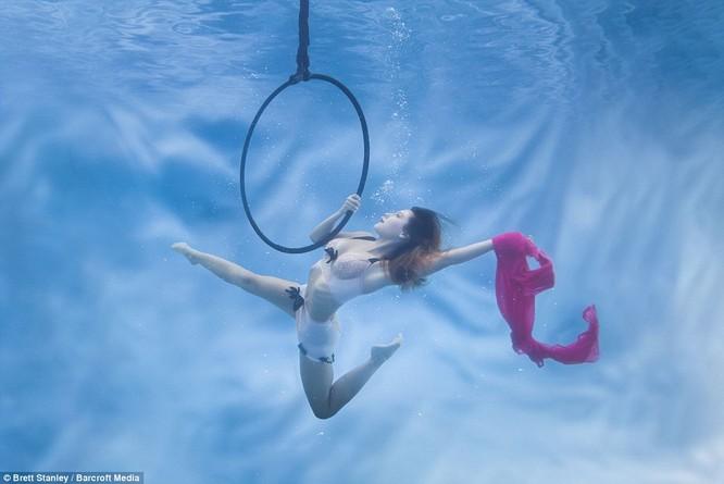 Mãn nhãn ngắm mỹ nhân múa cột dưới nước ảnh 5