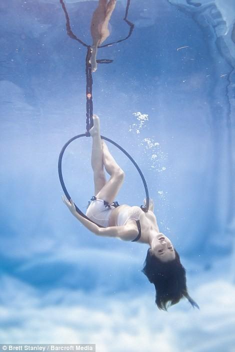 Mãn nhãn ngắm mỹ nhân múa cột dưới nước ảnh 7