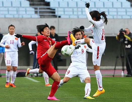 Hình ảnh thi đấu kiên cường của ĐT nữ Việt Nam trước Trung Quốc ảnh 2