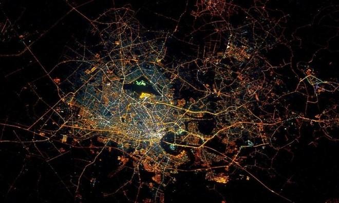 TP. Hồ Chí Minh lung linh nhìn từ vũ trụ ảnh 1