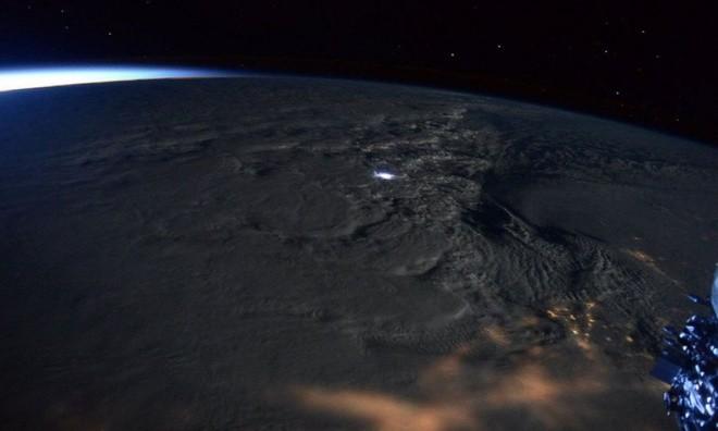 TP. Hồ Chí Minh lung linh nhìn từ vũ trụ ảnh 4