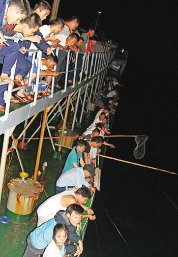 Câu cá đêm trên biển Trường Sa ảnh 2