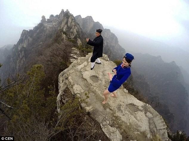 Tiếp viên hàng không chân trần leo núi tập võ ảnh 1