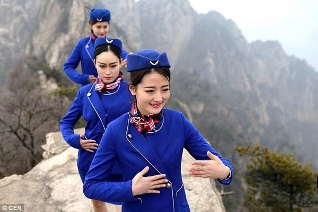 Tiếp viên hàng không chân trần leo núi tập võ ảnh 2