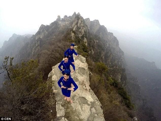 Tiếp viên hàng không chân trần leo núi tập võ ảnh 3