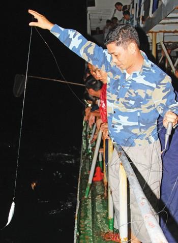 Câu cá đêm trên biển Trường Sa ảnh 3